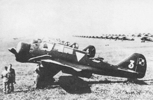 PZL.23A Karaś na lotnisku w Warszawie. Na drugim planie myśliwce PZL P.11 i PZL P.7 ustawione w szeregu
