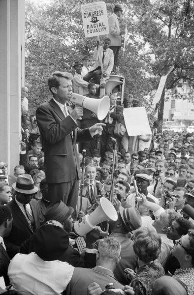 Prokurator Generalny Robert F. Kennedy przemawia przez megafon do tłumu Afroamerykanów i białych przed Departamentem Sprawiedliwości