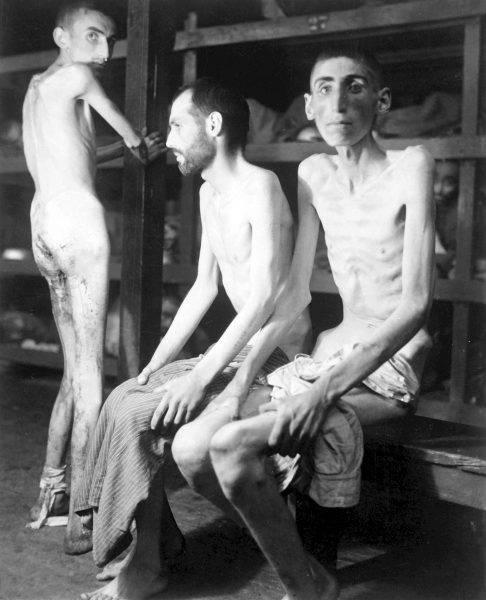 Skrajnie wychudzeni więźniowie obozu w Buchenwaldzie
