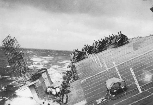 """Lotniskowiec USS """"Cowpens"""" przechylił się o 70 stopni."""