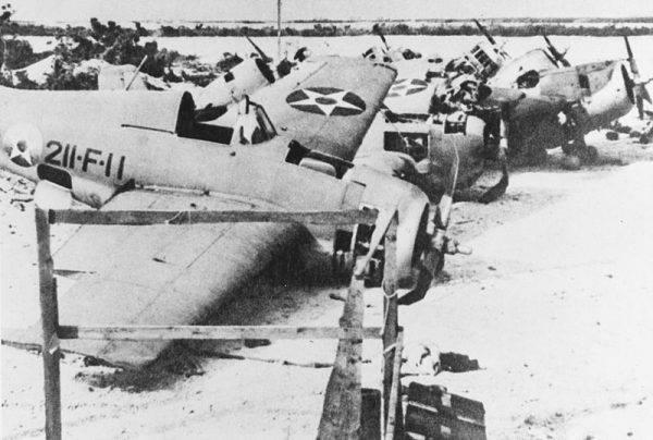 Wraki siedmiu zniszczonych na ziemi amerykańskich myśliwców F4F-3 Wildcat na wyspie Wake już po zdobyciu jej przez Japończyków.