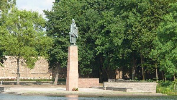 Obelisk upamiętniający więźniarki Ravensbrück
