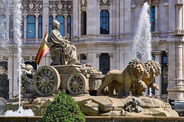 Kybele przedstawiona była jako jadąca w ciągniętym przez lwy rydwanie, z wojenną koroną na głowie.