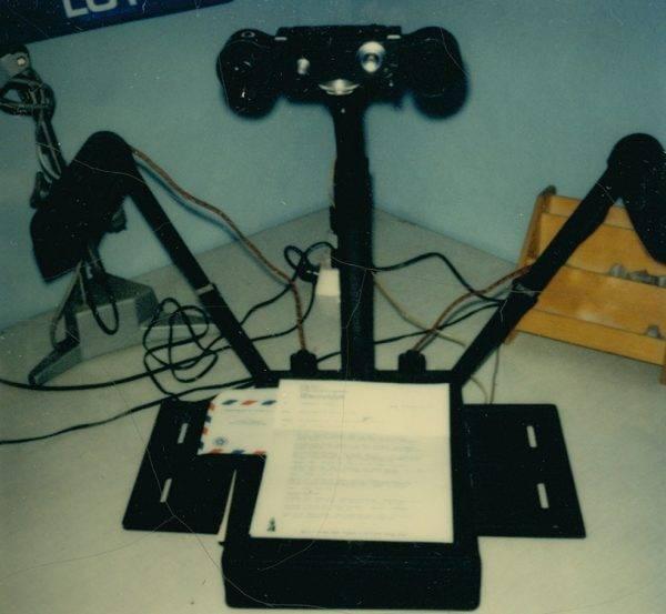 Radziecki kombajn używany przez funkcjonariuszy Wydziału IX do szybkiego kopiowania dokumentów. Po lewej i po prawej widoczne są lampy, a na górze – aparat fotograficzny.