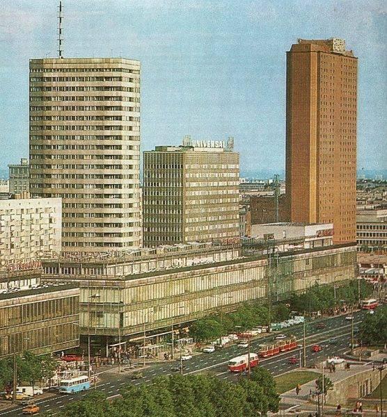 Gdy Szwedzi budowali hotel Forum (dzisiejszy Novotel), zapytali nawet, czy Polacy nie chcą, żeby zostawić w pokojach miejsce na zamontowanie urządzeń do inwigilacji. Strona polska ponoć odmówiła.