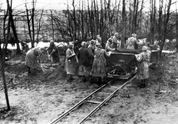 Więźniarki obozu przy pracy