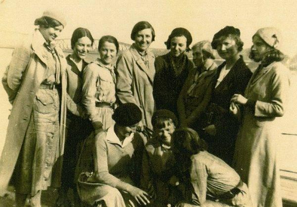 """Zawołania """"Czuwaj!"""" jako pierwsze zaczęły używać harcerki, a nie harcerze. Na ten pomysł wpadła druhna Olga Drahonowska-Małkowska – założycielka pierwszych drużyn skautek we Lwowie (na zdj. Małkowska z harcerkami w latach 30.)."""