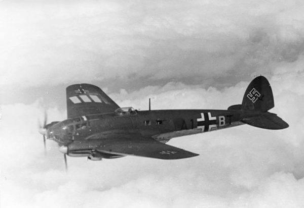 Kiedy mechanicy poszli na obiad do stołówki, Kriwonogow zabił strażnika, a potem wraz z Diewiatajewym zbliżył się do stojącego na pasie startowym Heinkla He 111 (zdj. poglądowe).