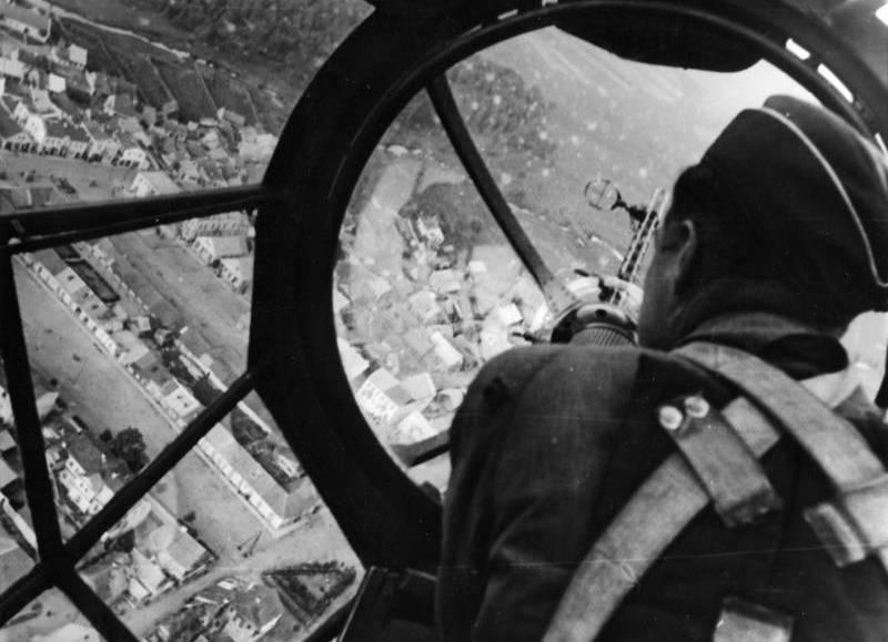 Uciekinierzy opuścili obóz na pokładzie samolotu HE 111 (na zdj. stanowisko strzeleckie w He 111 lecącym nad polskim miastem we wrześniu 1939 roku).