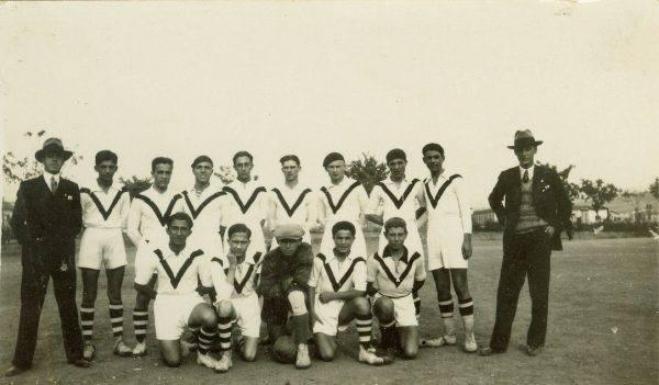 Drużyna piłkarska francuskiego liceum w Salonikach. Jerzy Iwanow Szajnowicz w roli bramkarza, 1928