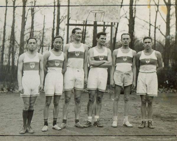 Mistrzowie w koszykarskich zawodach drużyn uniwersyteckich. Drużyna składała się z trzech Amerykanów, dwóch Chińczyków i Polaka( Jerzy Iwanow, pierwszy z prawej, 18.03.1937