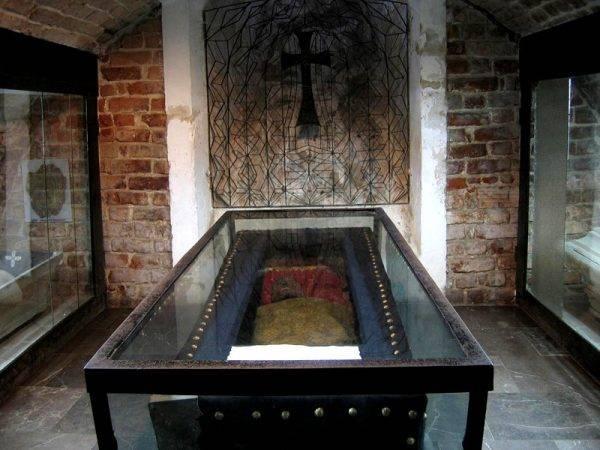 Krypta grobowa kaplicy Oleśnickich – to tu mają się znajdować domniemane zwłoki księcia Jeremiego Wiśniowieckiego
