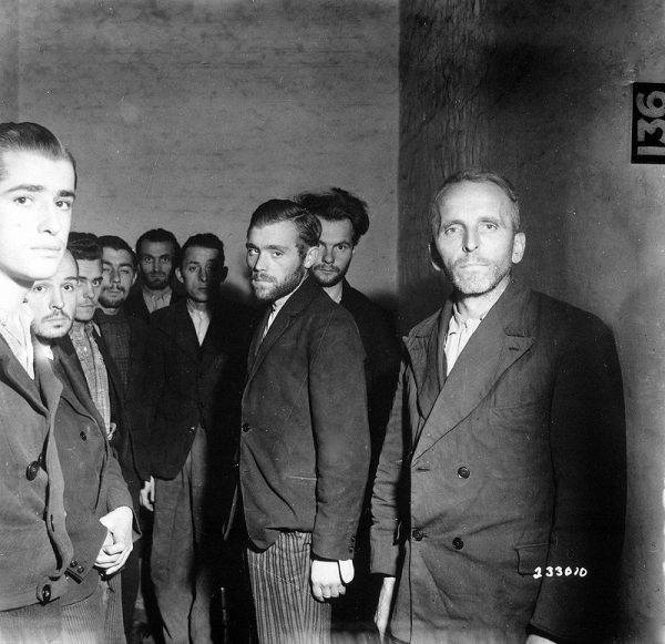 Pod koniec kwietnia Gestapo zaczęło palić dokumenty, a jego funkcjonariusze, przebrani w cywilne ubrania i wyposażeni w fałszywe dokumenty, próbowali przemknąć się w stronę Bawarii, chcąc się oddać w niewolę u Amerykanów.