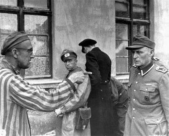 Ocalony więzień Buchenwaldu wskazuje strażnika z niemieckiej formacji SS