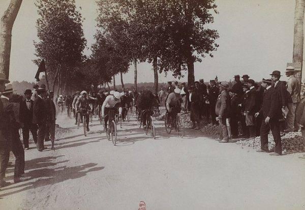 """Premierowa """"Wielka Pętla"""" okazała się wielkim sukcesem. Wydający gazetę sportową """"L'Auto"""" Henri Desgrange trafił ze swoim pomysłem. Kibice z ogromnym zainteresowaniem śledzili przebieg wyścigu."""