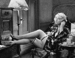 """W latach 30. Kodeks Haysa sprawił, że zaczęto cenzurować filmy. M.in. aktorki nie mogły być """"nadmiernie roznegliżowane"""" na ekranie."""