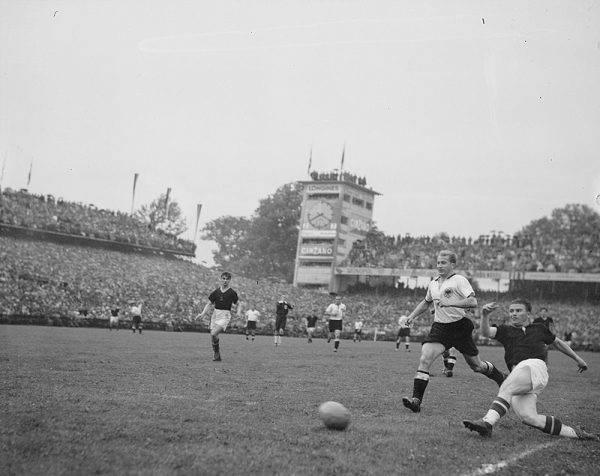 """W trakcie meczu ze słynną węgierską """"Złotą Jedenastką"""" Niemcy, w przeciwieństwie do przeciwników, mogli wymienić korki na dłuższe i nie ślizgali się po grząskiej murawie. Rozwiązanie przyniosło wymierne korzyści i sukces: drużyna trenera Seppa Herbergera pokonała Węgrów (3:2) i zdobyła tytuł mistrzowski."""