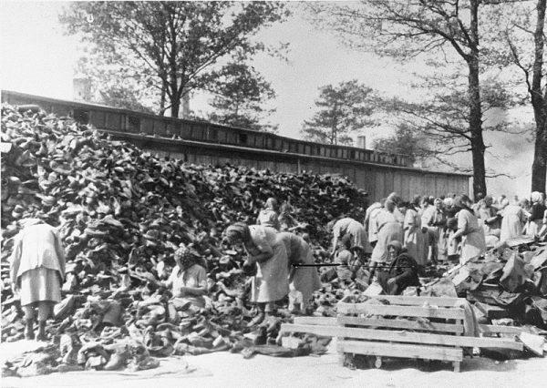 Więźniowie Auschwitz sortują buty, które najprawdopodobniej należały do węgierskich Żydów odesłanych bezpośrednio po przybyciu do komór gazowych.
