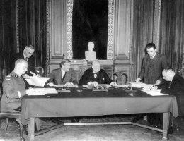 Podpisanie układu polsko-radzieckiego o nawiązaniu stosunków dyplomatycznych w Londynie. Od lewej siedzą: Władysław Sikorski, Anthony Eden, Winston Churchill, Iwan Majski.