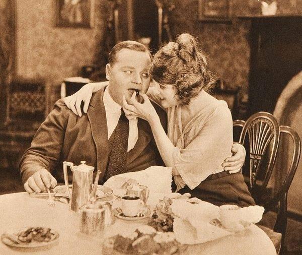 """Bardzo głośna była sprawa Roscoe Arbuckle'a, czyli popularnego """"Grubaska"""" z filmów z Charliem Chaplinem. Aktor został oskarżony o gwałt i zabójstwo aktorki Virginii Rappe"""