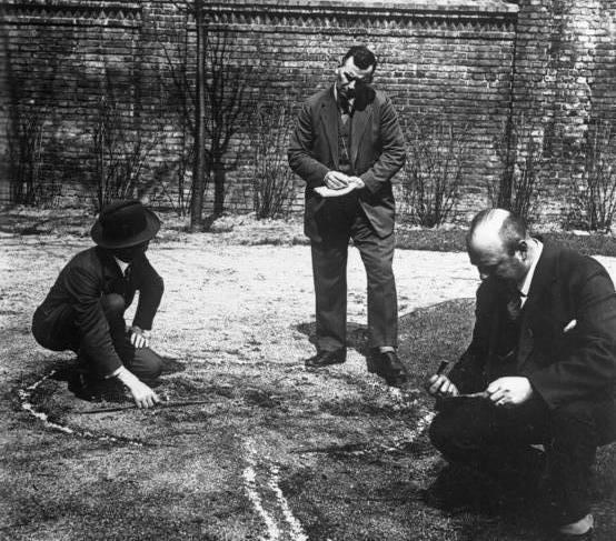"""Znany jako francuski Sherlock Holmes, Locard był pierwszym naukowcem, który w 1910 roku stworzył laboratorium kryminalistyczne i oddał je do użytku organom ścigania w Lyon. Od tego momentu nie było już """"zbrodni idealnych""""..."""