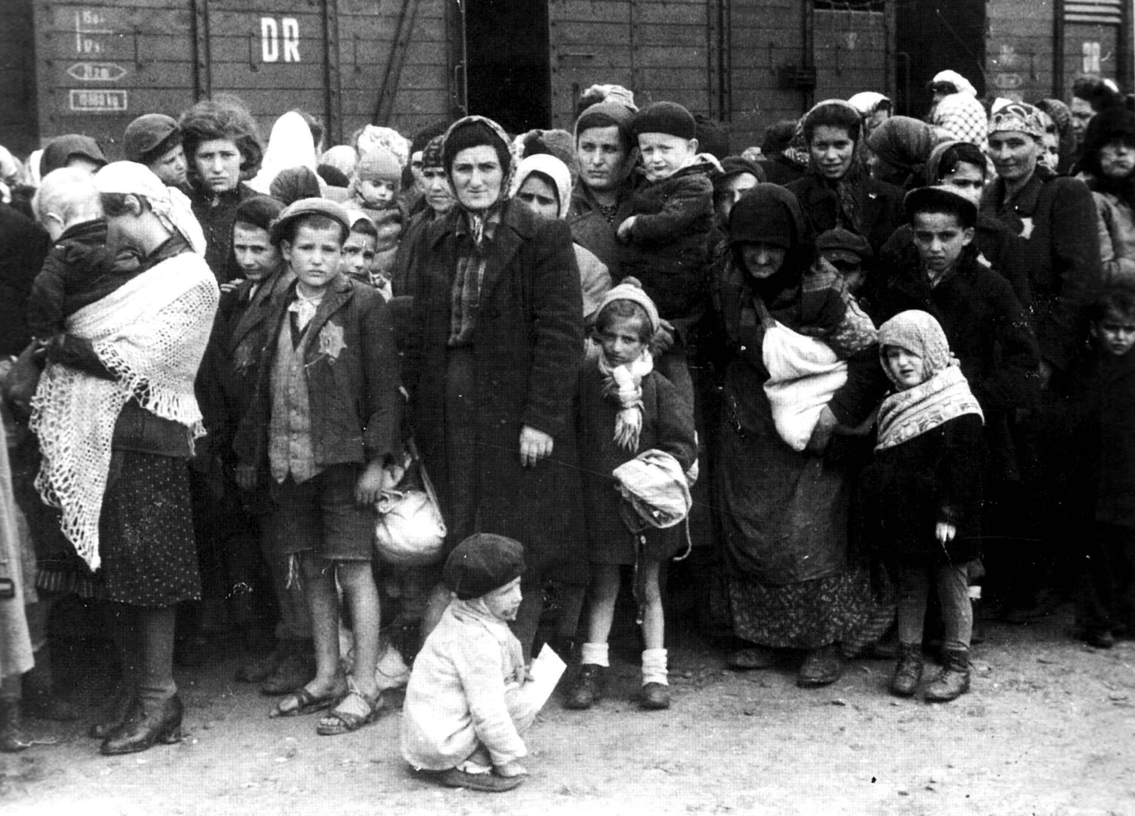 Węgierscy Żydzi z jednego z transportów do Auschwitz.