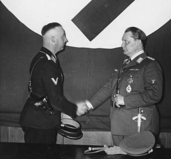 Jak zwykły krawiec został agentem Gestapo? (na zdj. Hermann Göring formalnie przekazuje Heinrichowi Himmlerowi kierownictwo Gestapo)