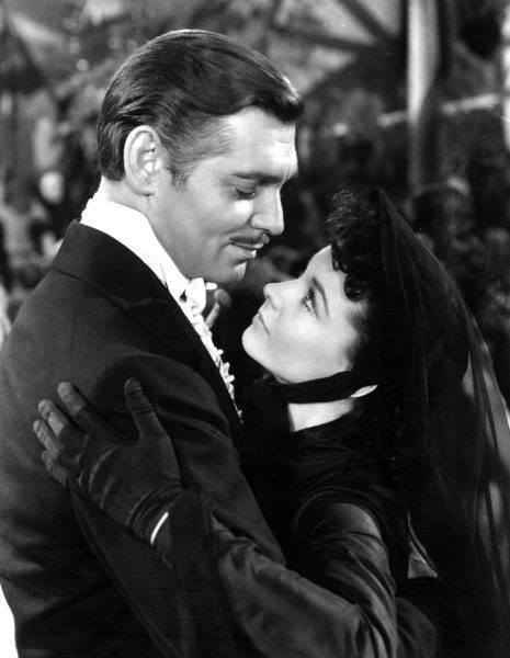 """Filmowcom udawało się jednak czasami wygrać z surowymi zasadami narzuconymi przez Kodeks Haysa. Do historii przeszły słynne słowa Clarka Gable'a z filmu """"Przeminęło z wiatrem"""" (1939) """"Frankly, my dear, I don't give a damn"""""""