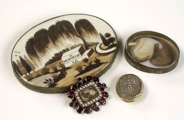 Precjoza uzupełniano bardzo często włosami zmarłych, wykonując z nich efektowne zdobienia lub po prostu nosząc zamknięte w medalionach.