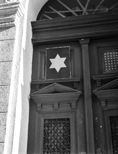 Na Węgrzech prześladowania Żydów nasilały się stopniowo przez całą wojnę. Tworzono m.in. domy żydowskie, w których tłoczono całe rodziny w pojedynczych pomieszczeniach.