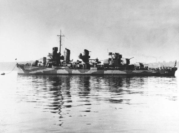 Dosłownie w ostatniej sekundzie udało się wymanewrować okrętem tak, by nie dopuścić do kolizji. Niszczyciel znalazł się po prawej burcie okrętu podwodnego.