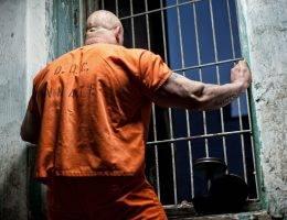 Trzydzieści kilka lat później detektywi wpadli na trop. Prowadził do... więzienia, gdzie karę za inne przestępstwa odsiadywał znany policji pedofil, Lloyd Welch (zdj. poglądowe).