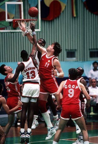 Po porażce w Seulu Amerykanie naciskali na działaczy FIBA, by ci zezwolili właśnie takim, profesjonalnym koszykarzom na udział w igrzyskach