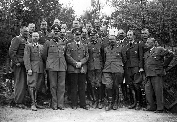 Karl Brandt urodził się 8 stycznia 1904 roku w Miluzie (we wschodniej Francji). Do historii przeszedł jako osobisty lekarz Hitlera – i zbrodniarz wojenny odpowiedzialny za jedną z najmroczniejszych kart w dziejach III Rzeszy.