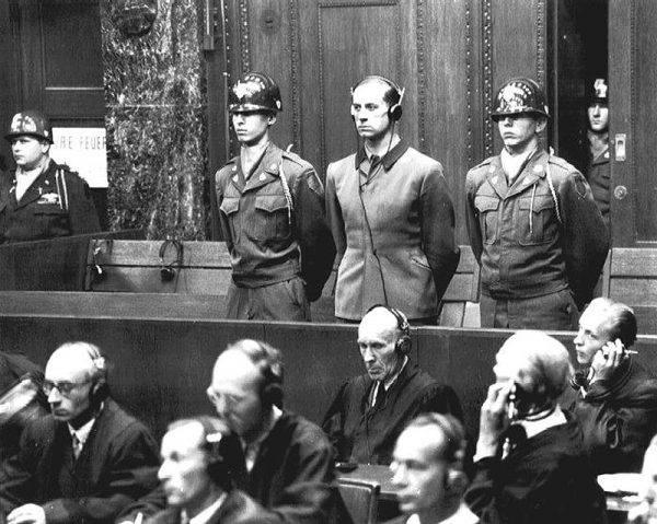 Karl Brandt podczas procesu w Norymberdze.