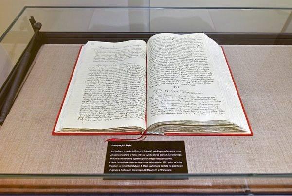 Księga faksymilowo-reprintowa ustaw sejmowych z 1791 roku, otwarta na jednej ze stron Konstytucji 3 maja