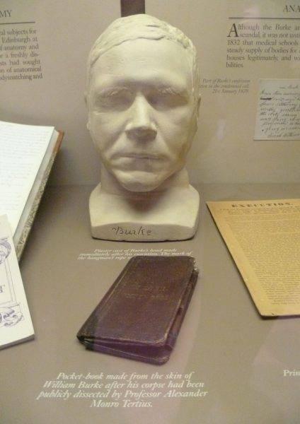"""Książka oprawiona w skórę zbrodniarza Williama Burke'a. Takie """"bezczeszczenie zwłok"""" również było częścią kary za popełnione przestępstwa."""