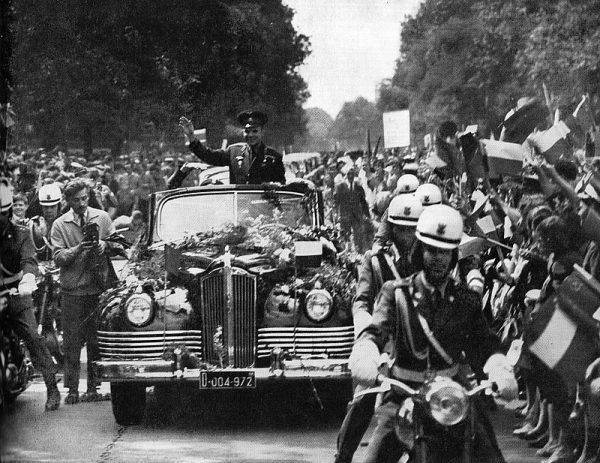 Owacyjne powitanie Jurija Gagarina przez mieszkańców Warszawy