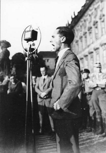 Joseph Goebbels przemawia podczas wiecu NSDAP w Berlinie w czerwcu 1932 roku