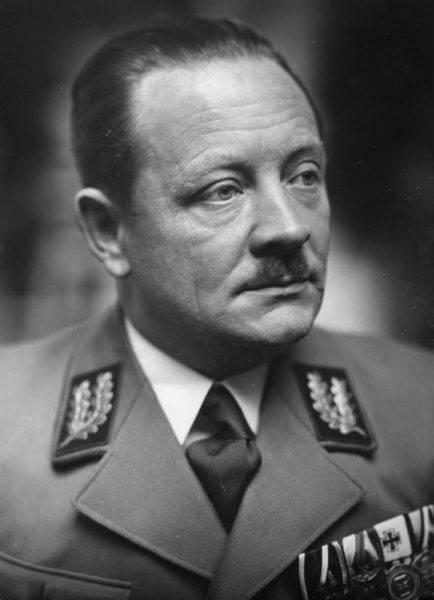 Erich Koch – komisarz Rzeszy ds. Ukrainy i ostatni nadprezydent Prus Wschodnich – tuż przed końcem wojny uciekł z Królewca do Rzeszy.