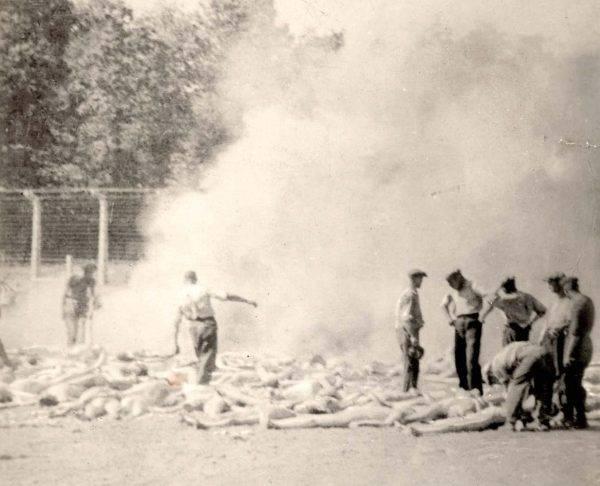 Członkowie Sonderkommando palący zwłoki węgierskich Żydów zamordowanych w komorach gazowych Auschwitz-Birkenau