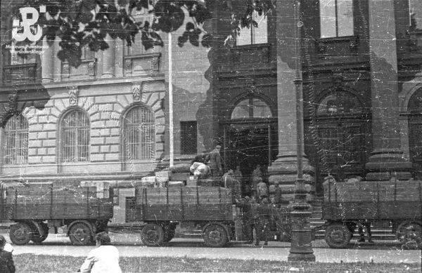 """W trakcie wojny """"Sąd Ostateczny"""" dostał się w ręce Niemców (na zdj. grabież zbiorów Towarzystwa Zachęty Sztuk Pięknych w Warszawie)."""