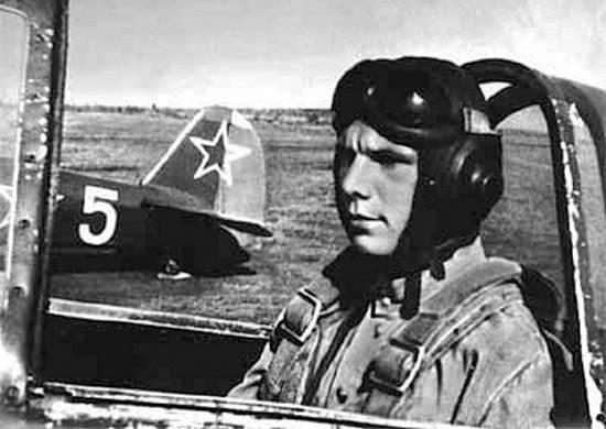 Marzył o lataniu, więc wstąpił do szkoły lotniczej w Orenburgu, którą ukończył w 1957 roku.