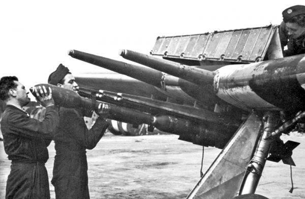 Z nieba, zgodnie z alianckim ultimatum, runęła na pływające obozy koncentracyjne prawdziwa lawina bomb i rakiet.