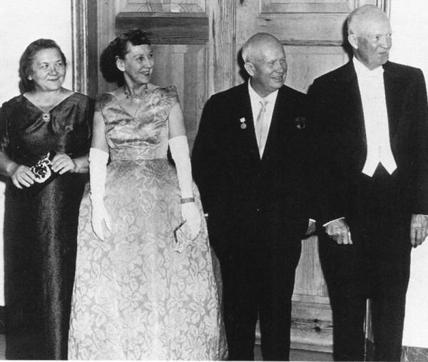 Od lewej strony stoją: Nina Chruszczowa, Mamie Eisenhower, Nikita Chruszczow, Dwight Eisenhower