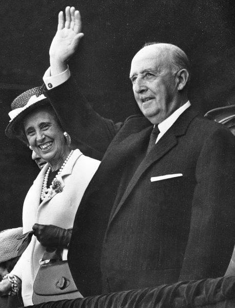 Z wysokości trybun swoich rodaków oklaskiwał generał Franco.