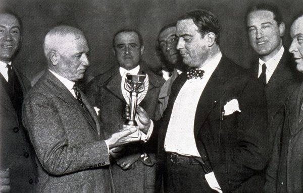 """Przeszkód było kilka. Największą był Jules Rimet – nazywany """"ojcem piłkarskich mistrzostw świata"""", przewodniczący FIFA w latach 1921–1954, i jego polityka."""