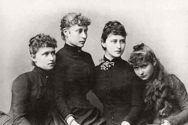 Elżbieta (Ella), która poślubiła wujka Mikołaja II, namówiła Aleksandrę do udzielenia pomocy braciszkowi.