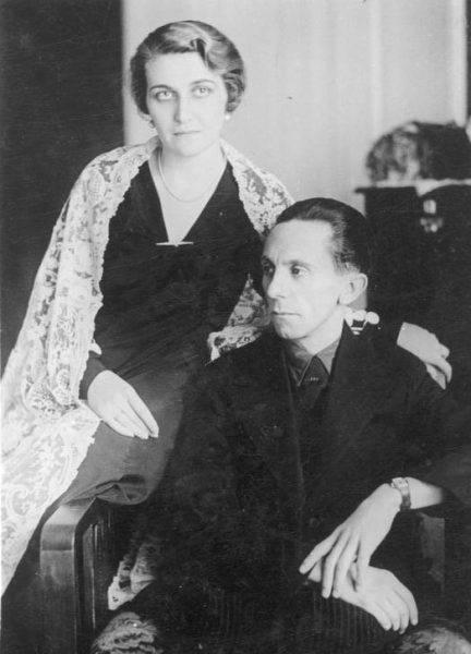 Magda była wielokrotnie i regularnie zdradzana przez męża. Gdy kolejny romans wychodził na jaw, urządzała mu karczemne awantury.