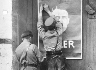 Na początku lat 20. NSDAP była niewielkim, skrajnie prawicowym ugrupowaniem. Głosząc antysemickie hasła, zdołała jednak w 1924 roku zdobyć 3% głosów w wyborach do Reichstagu.